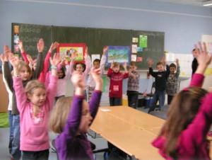 Grundschuleklasse beim tanzen